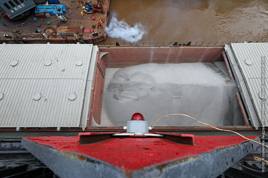 Щебень из «Волго-Дон 201» переносят в баржу, которую притащил «Речной 21»