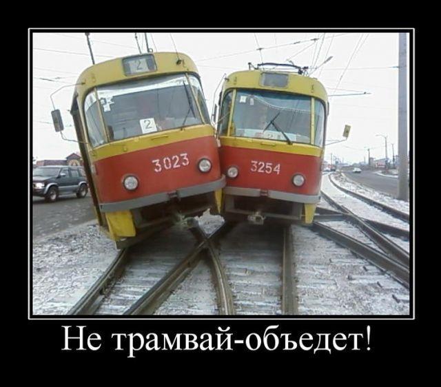 Женщина не уступила дорогу трамваю.