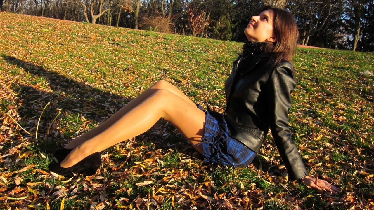 на скамейке в парке в чулках фото считаю