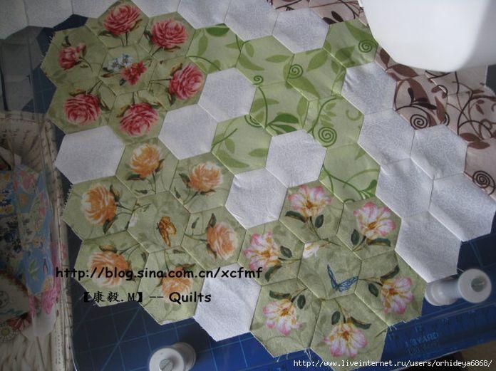 процесс шитья покрывала из лоскутков