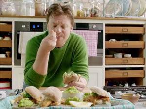 Джейми ест булочки с рыбой