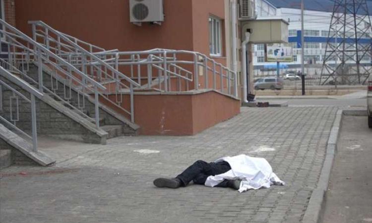 ВРостове работник Сбербанка умер после падения изокна офиса