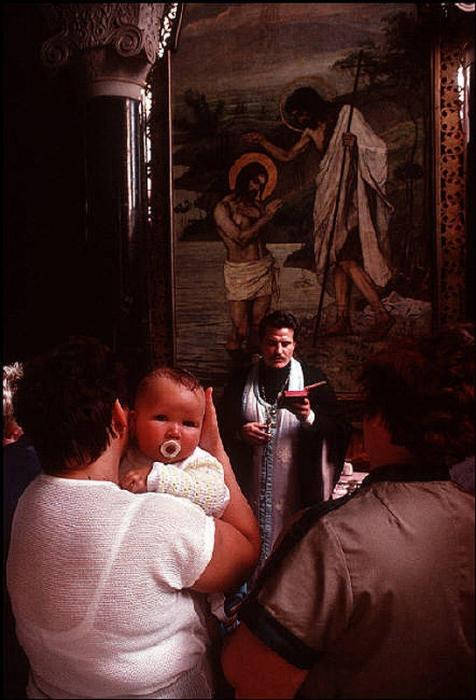 Таинство крещения, 1988 год. Фотограф Бруно Барби (Bruno Barbey). 13. Деревня Черешенка