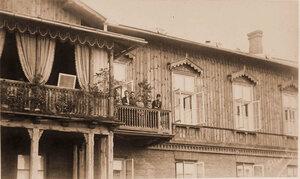 Императрица Мария Федоровна (крайняя справа) и [члены императорской] фамилии  на балконе охотничьего замка.