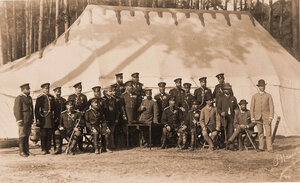 Группа военных и гражданских чинов, [сопровождавших императора Александра III и императрицу Марию Федоровну] в поездке в охотничьи угодья.