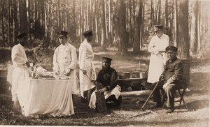 Повара за приготовлением обеда в лесу во время царской охоты.