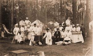 Повара и [прислуги] за приготовлением обеда на походной кухне во время царской охоты.