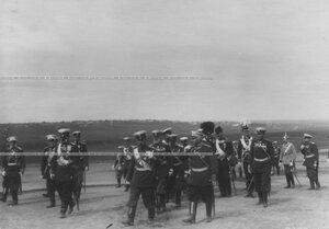 Император Николай II со свитой на параде полка.