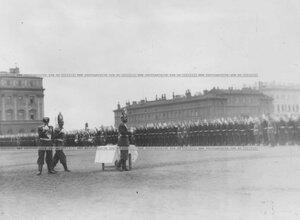 Император Николай II пьет чарку вина перед началом парада Павловского полка.