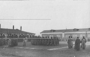 Прохождение казачьих сотен перед командованием полка во дворе казарм.