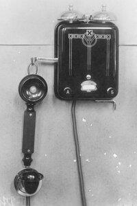 Внешний вид стенного фонического телефонного аппарата с двумя вызывными кнопками.