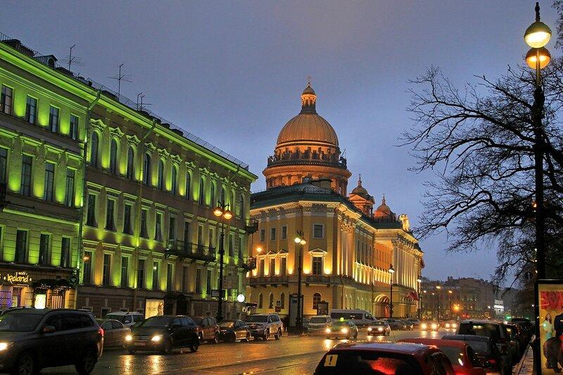 Вечерний Санкт-Петербург. Подсвеченные здания на Адмиралтейском проспекте рядом с перекрёстком с Вознесенским проспектом и купол Исакиевского собора.