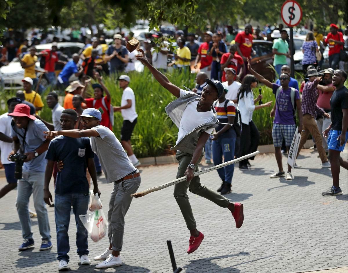 Яростный кирпичеметатель: Южно-африканский протест