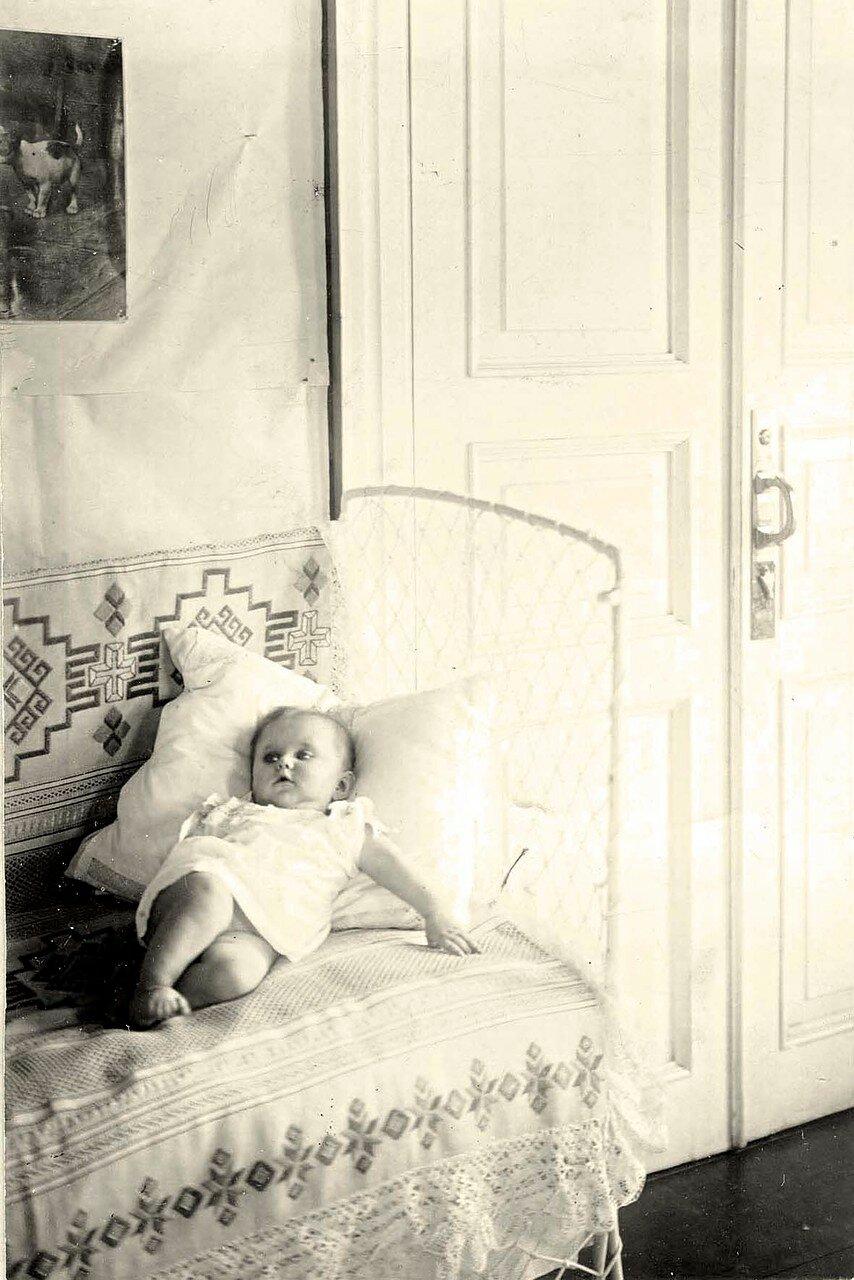 Фрагмент детской комнаты с маленьким ребенком в доме врача П.И. Коновалова