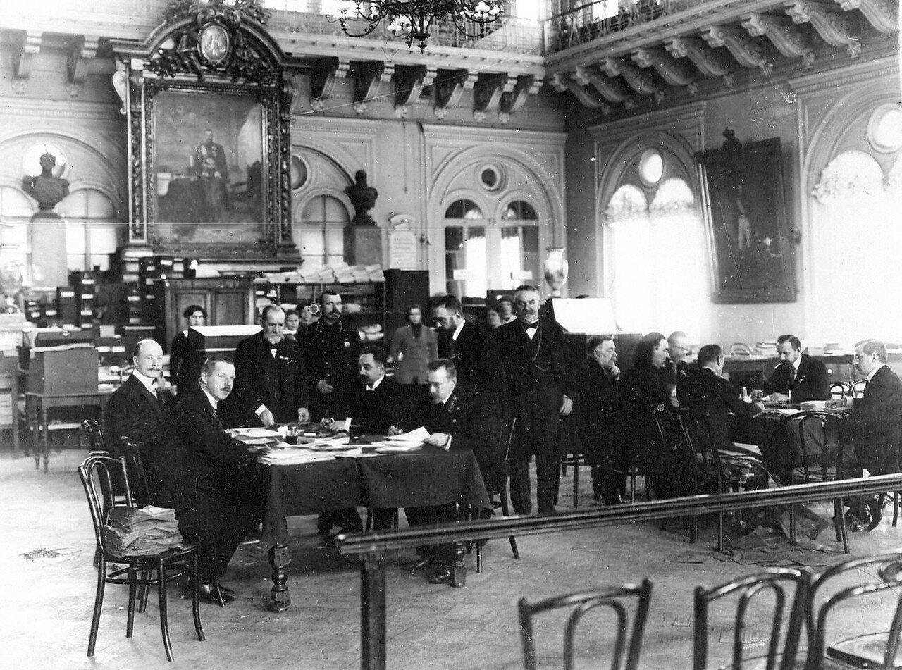 Подсчет голосов избирательными комиссиями в зале Городской думы по окончании выборов депутатов в Четвертую Государственную думу. Октябрь 1912