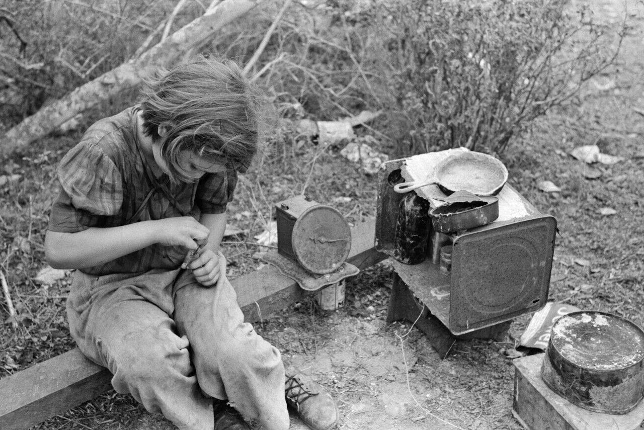 Девочка сезонных рабочих играет с кукольным домиком. Возле Харлингена, Техас, 1939