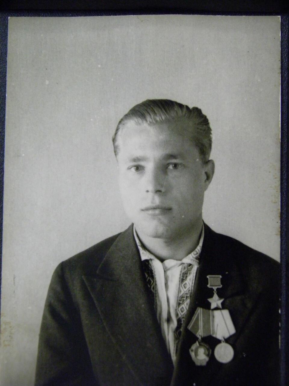 Александр Елисеевич Кривец (1919 — 1992), командир партизанского отряда имени Щорса, Герой Советского Союза