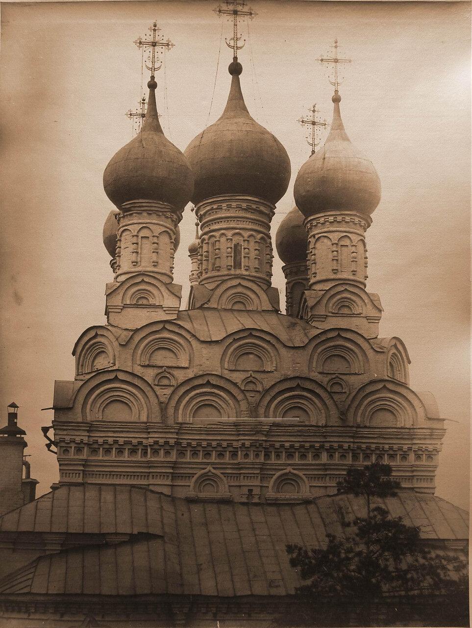 Вид верхней части - кокошников и барабанов с куполами - церкви Николая Чудотворца в Пыжах