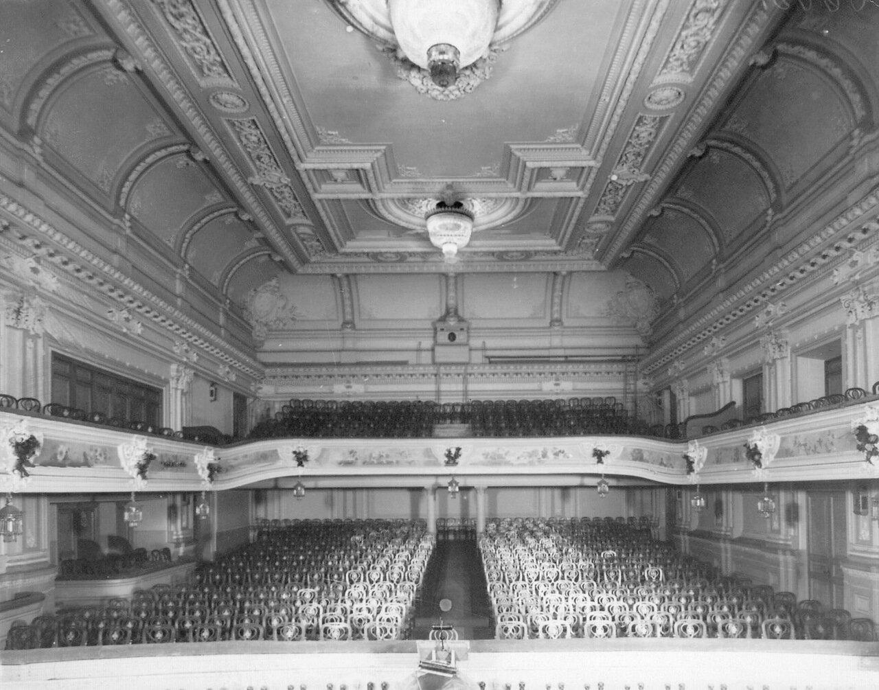 09. Зрительный зал театра