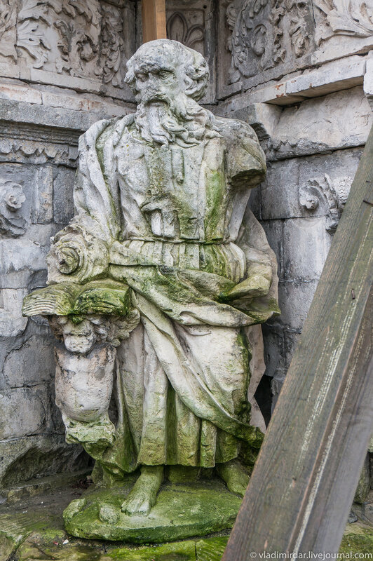Белокаменное изваяние фигуры Евангелиста - Знаменский храм в Дубровицах