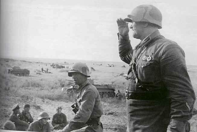 Мотопехота 149-го стрелкового полка наблюдает за развертыванием танков 11-й танковой бригады. Район реки Халхин-Гол, конец мая 1939 года.