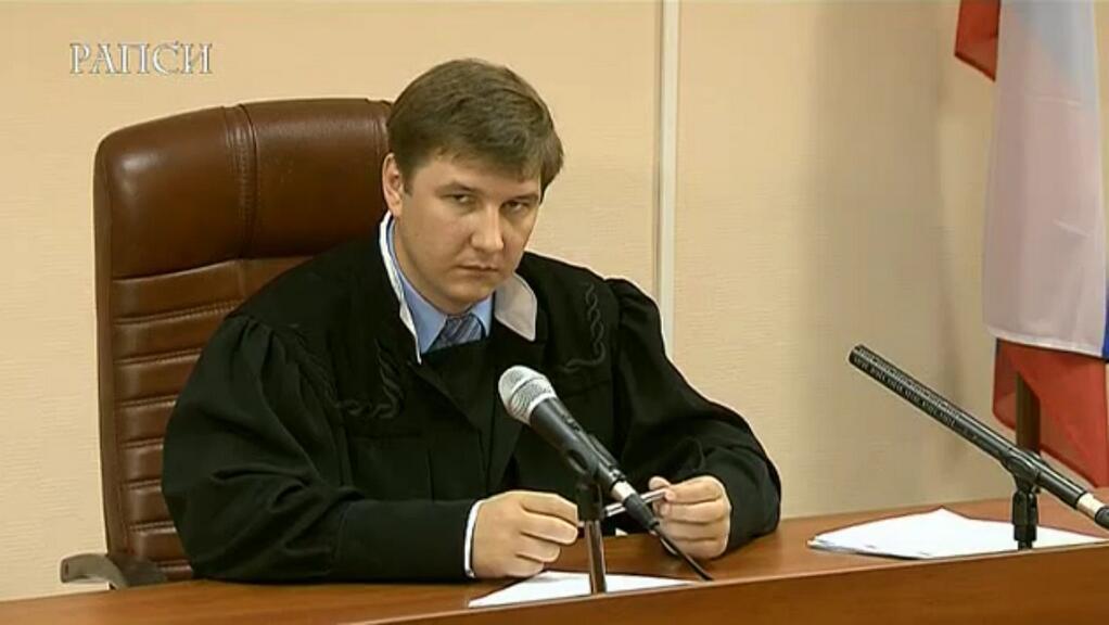 Глаза судьи во время выступления Навального