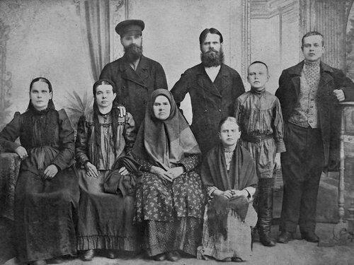 Книга-альбом: история двух семей и города