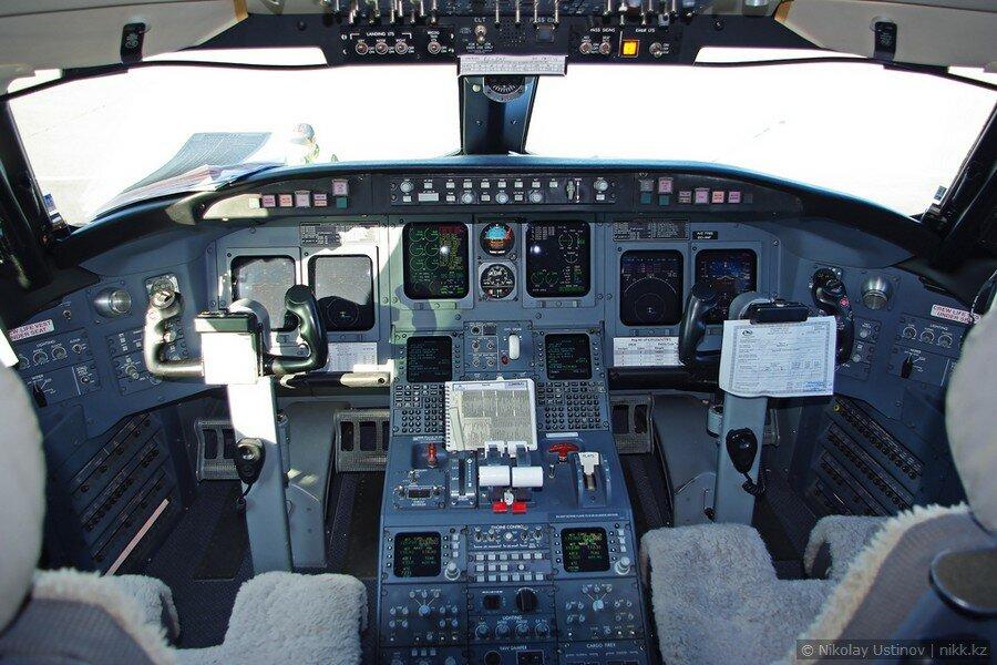 Кабина пилотов самолета Bombardier CRJ 200 авиакомпании Скат