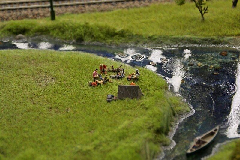 Гранд макет: туристы на берегу реки. Трава, обед сидя на бревне, костёр и палатка