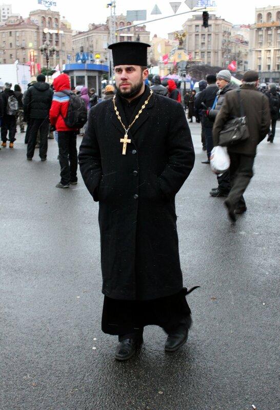 Священник на Евромайдане