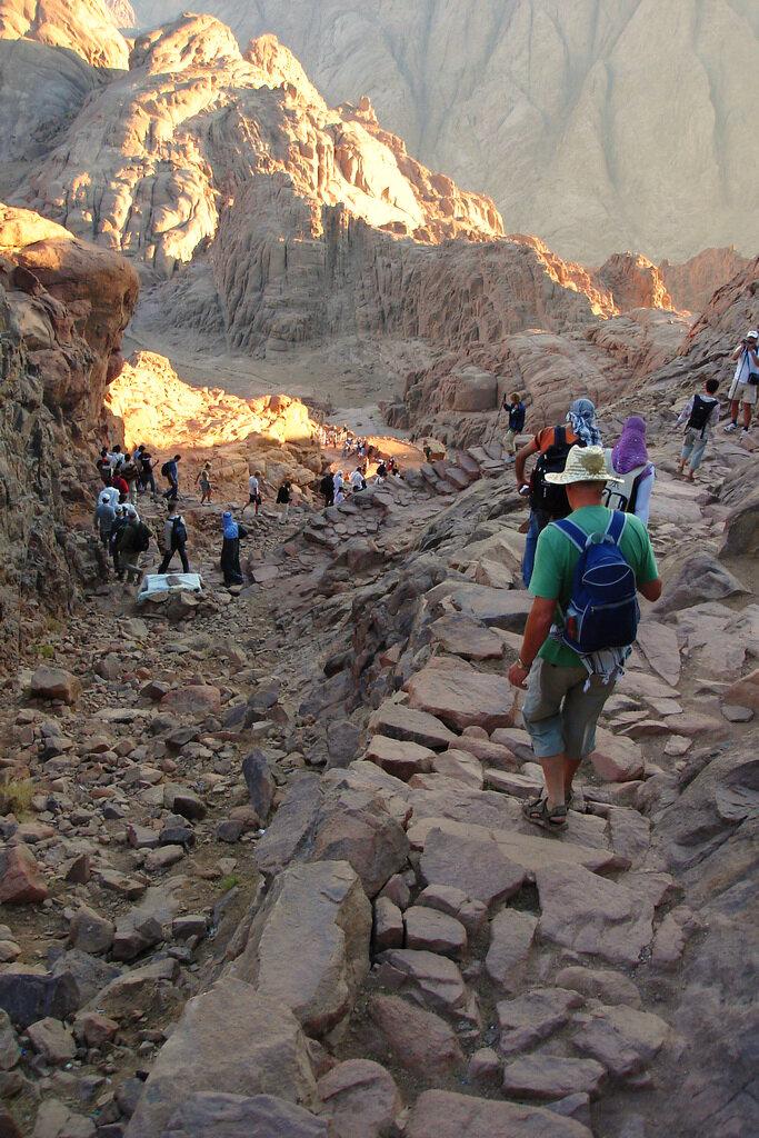 Фото 8. Отзывы об экскурсию на гору Моисея в Египте (восхождение на Синай). По таким тропинкам проходило наше ночное восхождение