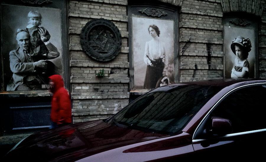 В Киеве в окнах пустующего исторического дома разместили старинные фотографии.