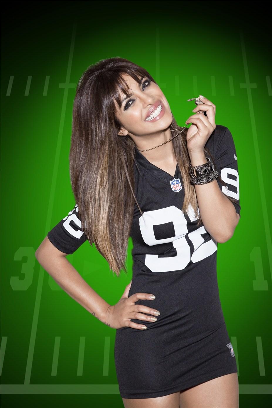 Priyanka Chopra / Приянка Чопра в униформе команды NFL Oakland Raiders / сезон 2013-14
