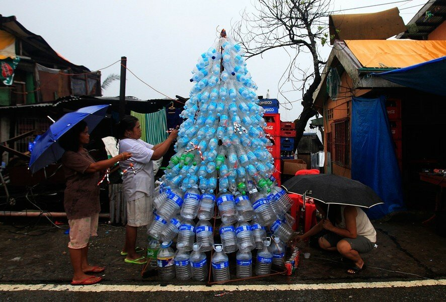 Жители города Таклобан, пострадавшего от тайфуна Хайян, готовятся к Рождеству