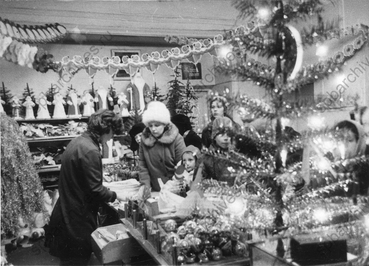1973. Покупатели на новогоднем базаре в универмаге «Гостиный двор»