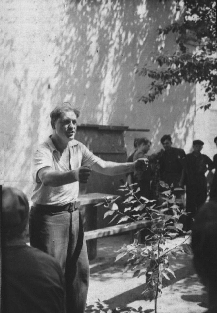 1957. Товарищ Заика выступает на собрании рабочих завода Строммашина