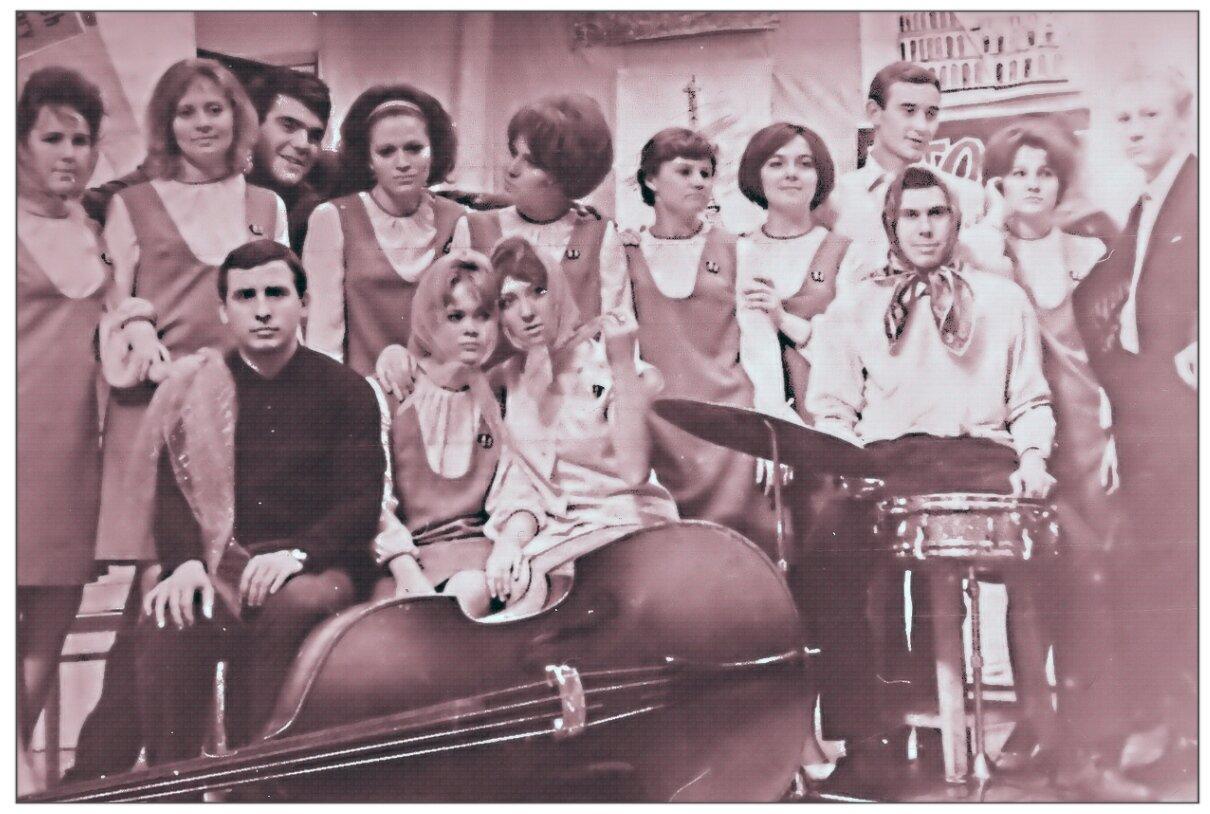 1968. Студенческая весна. Катюша и поклонники после концерта