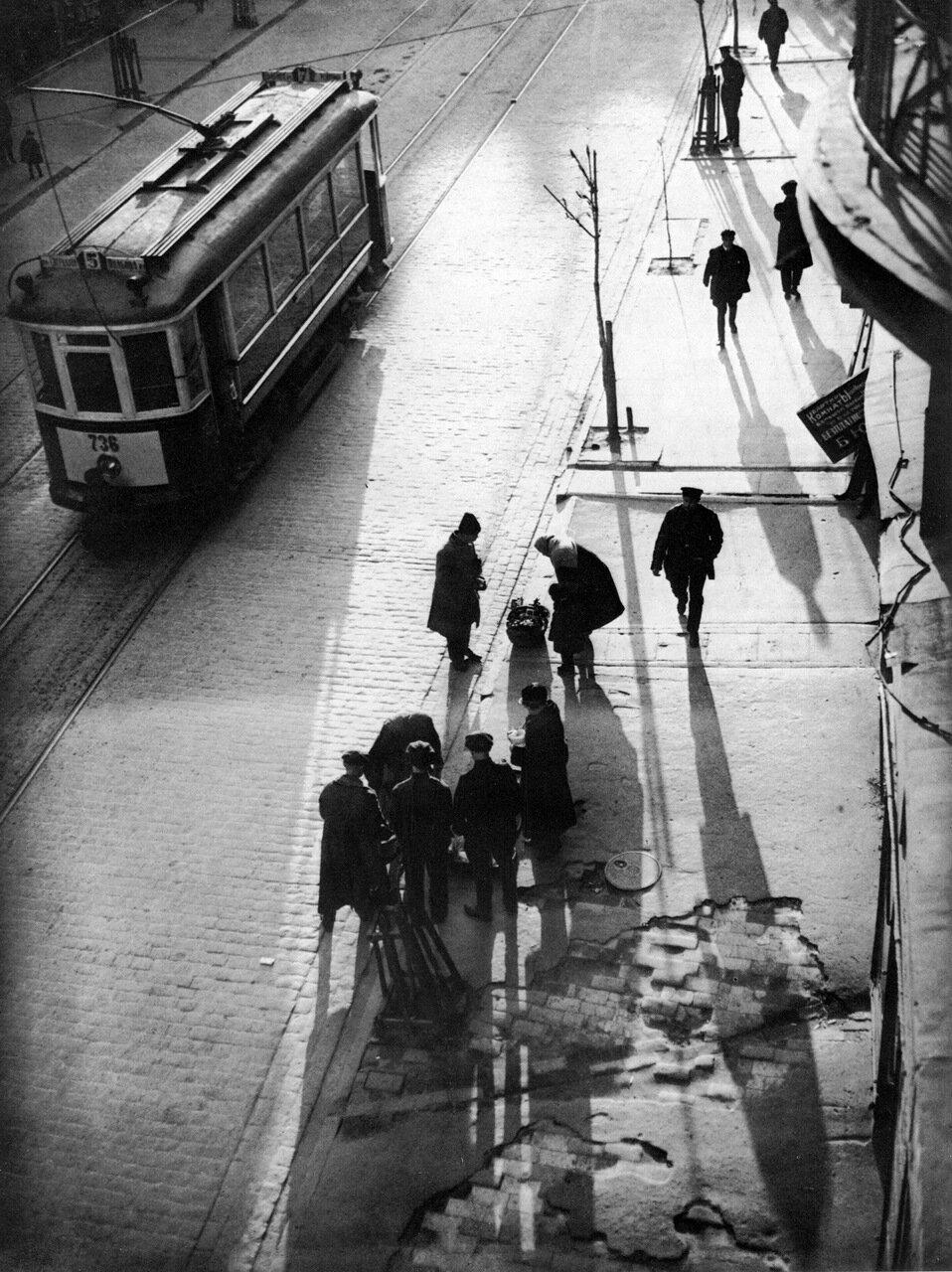 На трамвайной остановке. 30-е годы.