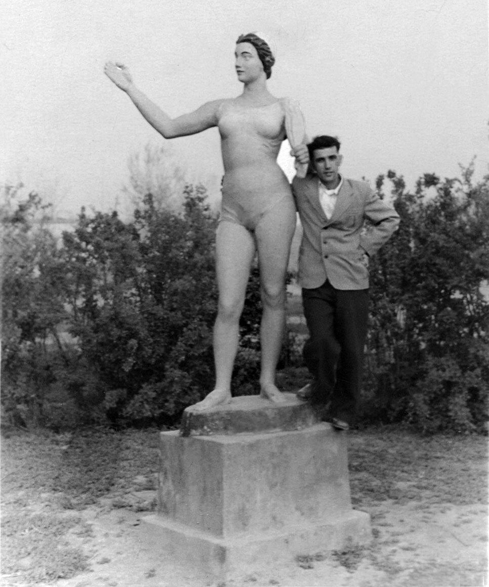 У статуи