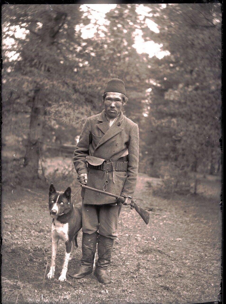 1912. Село Ларьяк.  Охотник-остяк