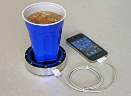 Подставка зарядит телефон от любого напитка