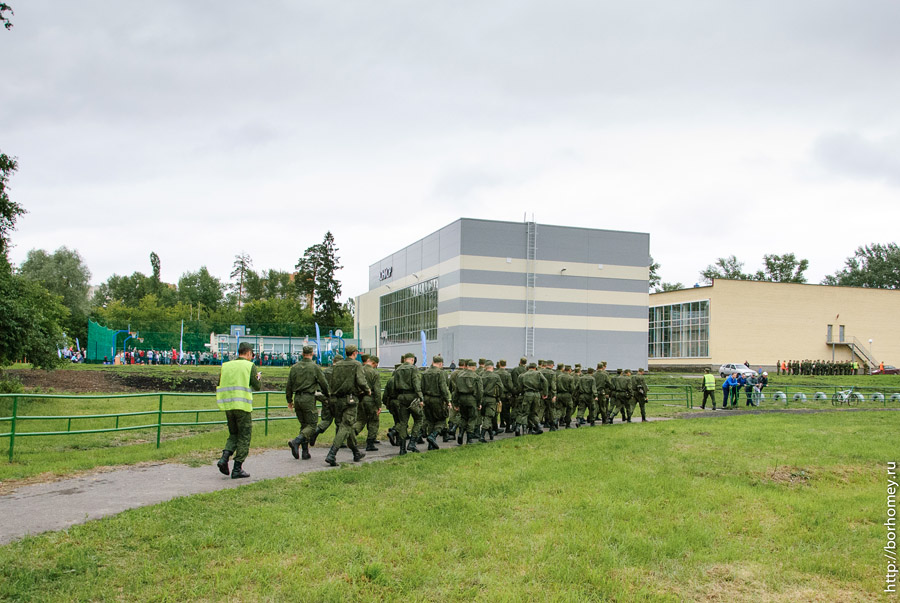 солдаты уходят с футбола