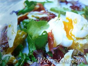 Салат с сухариками, с беконом и яйцом
