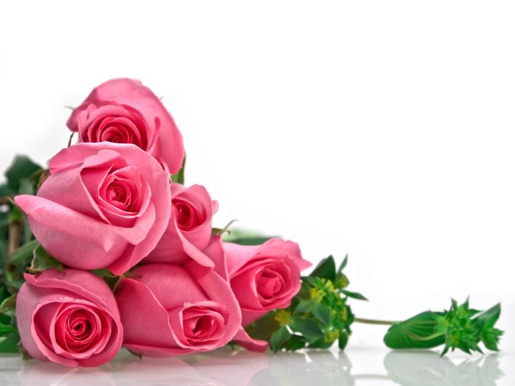 Букет из розовых роз лежит на белом зеркальном столе открытки фото рисунки картинки поздравления
