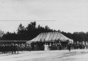Церемониальный марш полка, у палатки - члены императорской фамилии.