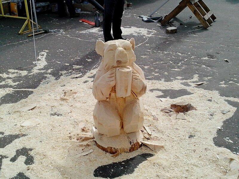 скульптура медведя с кружкой
