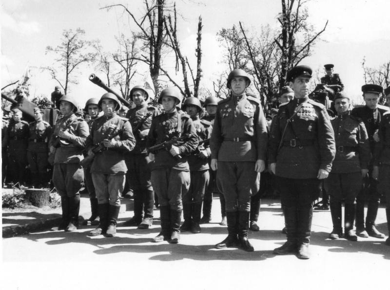 6.Полный георгиевский кавалер капитан В.Н. Грусланов в Берлине.jpg