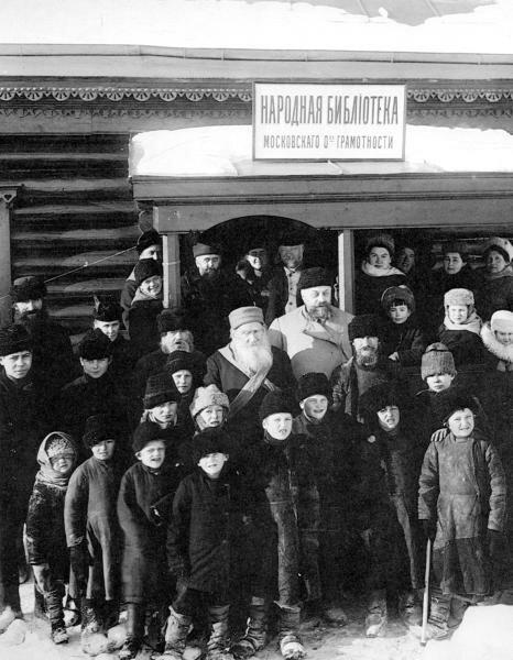 Лев Толстой с учениками перед входом в яснополянскую библиотеку, 1910 год.