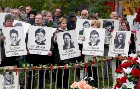 Родные с плакатами погибших
