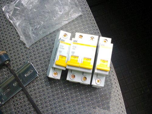 Фото 5. Автоматические выключатели и DIN-рейка подготовлены к установке.